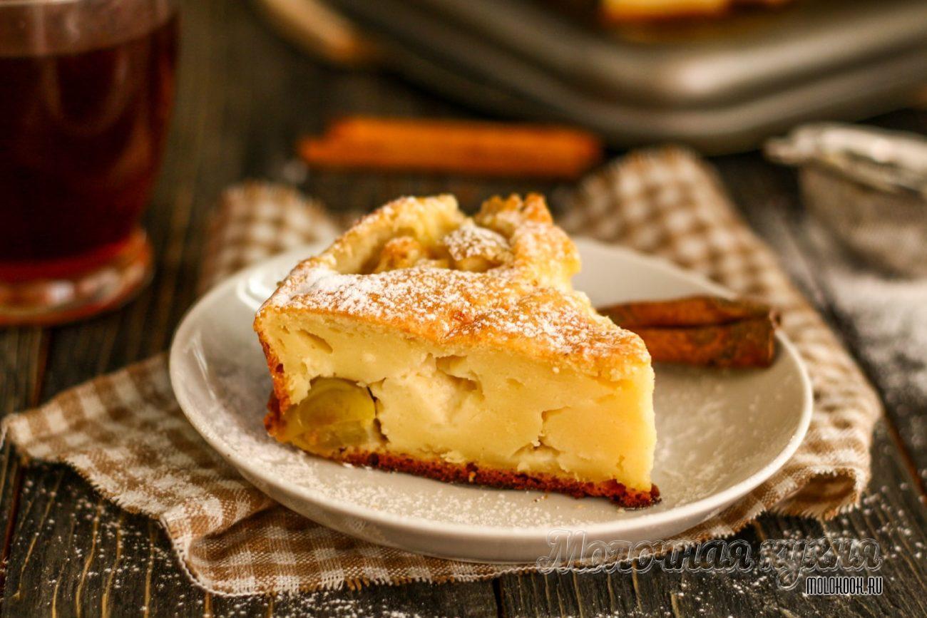 Нежный пирог с творогом и кусочками яблок