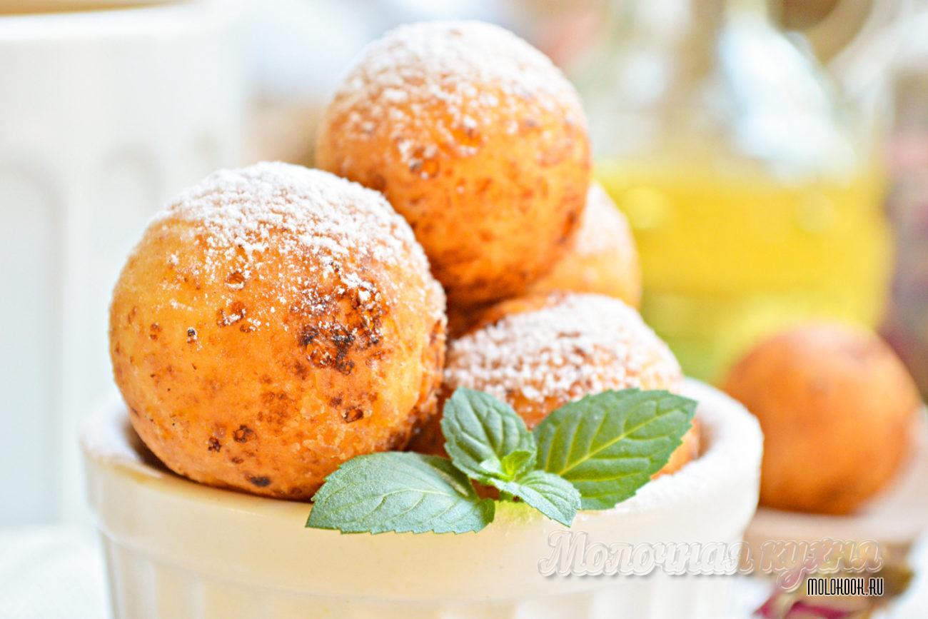 Золотистые творожные шарики, обжаренные в масле