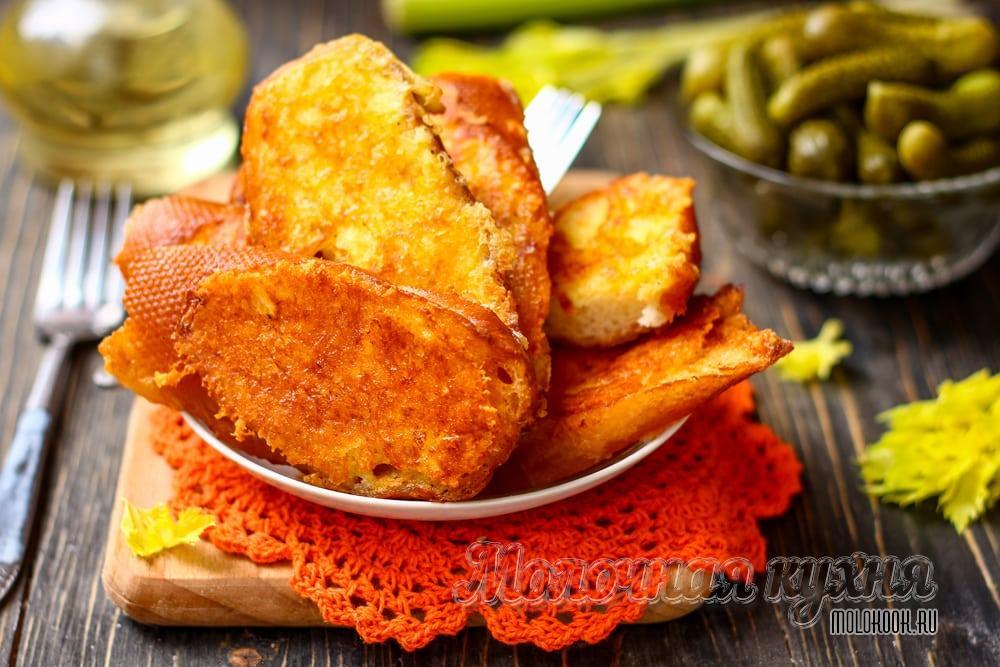 Гренки с твердым сыром, обжаренные на сковородке в яйце