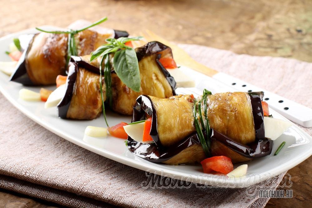Рулетики из баклажанов с сыром и чесноком: рецепт с фото