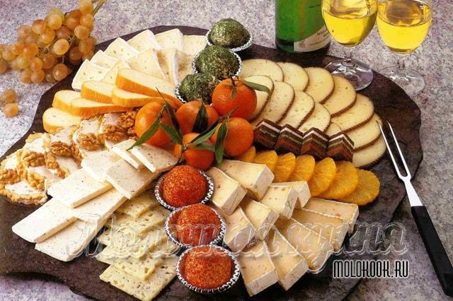 Правльное расположение сыров на тарелке