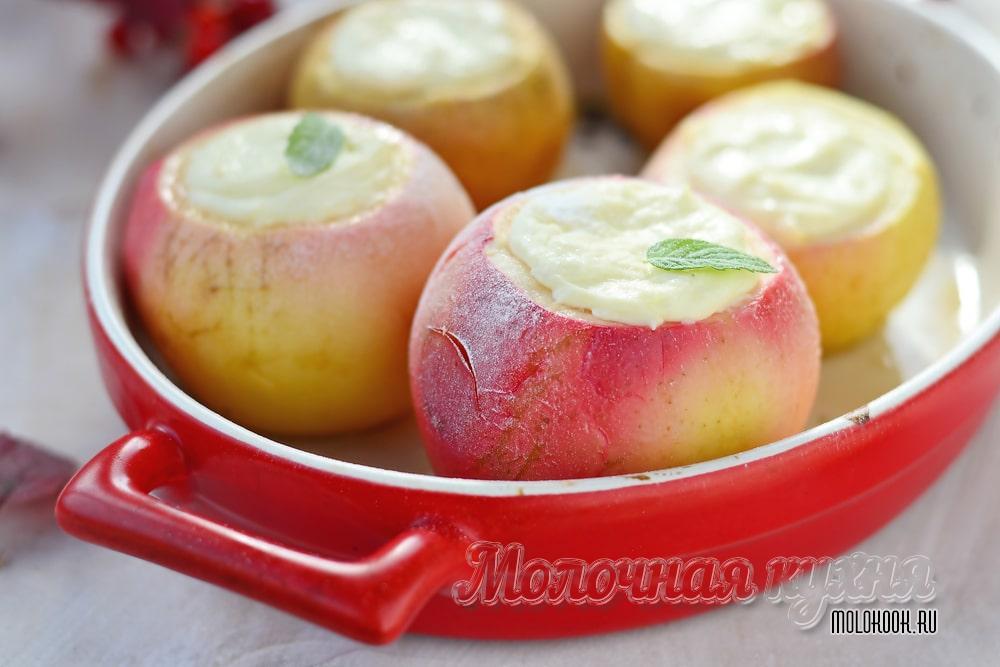 Запеченные яблоки с творогом внутри