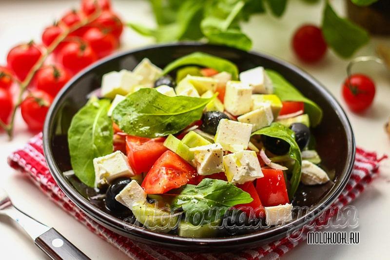 Яркий греческий салат с руколой и рассольным сыром – вкусно и очень просто
