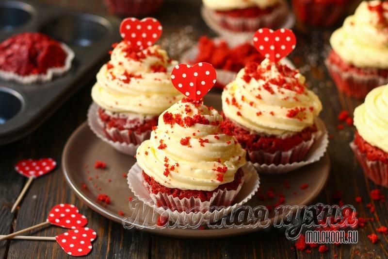Изящные капкейки по мотивам «Красного бархата» — море яркости и нежности в одном маленьком десерте