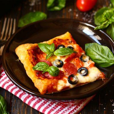Пицца с колбасками на слоеном тесте