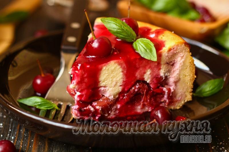 Нежный песочный пирог с творогом и вишней – сладкое совершенство