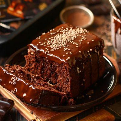 Шоколаджный кекс с орехами в разрезе