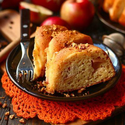 Готовая шарлотка с яблоками и творогом