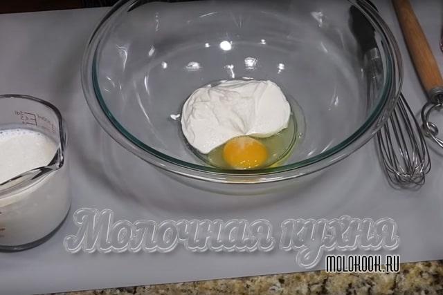 Сметана и яйцо в миске
