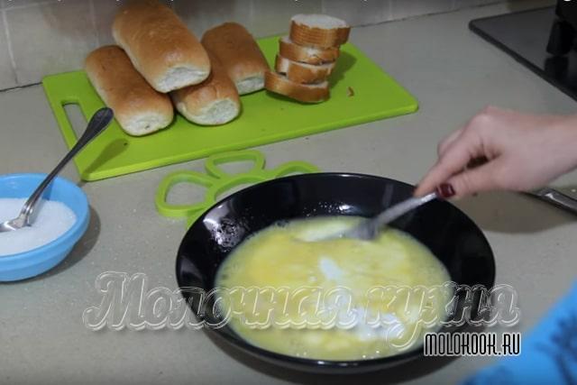 Молоко налито в миску