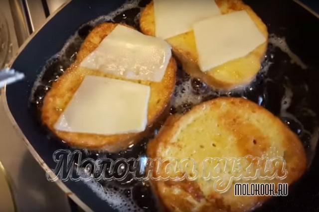 Ломтики сыра на хлебе