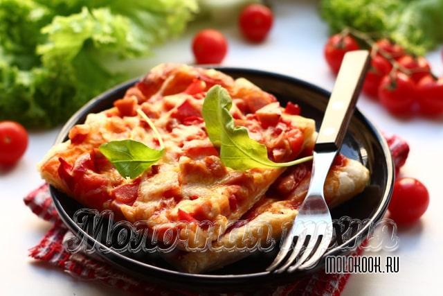 Кусочек колбасной пиццы