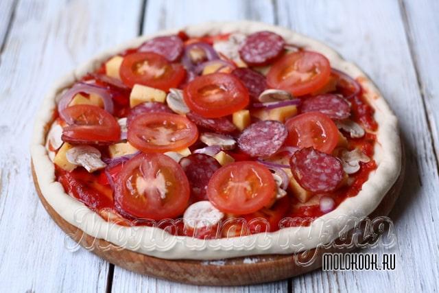 Пицца перед выпеканием