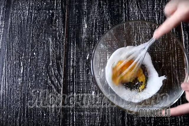 Растирание желтка с сахаром
