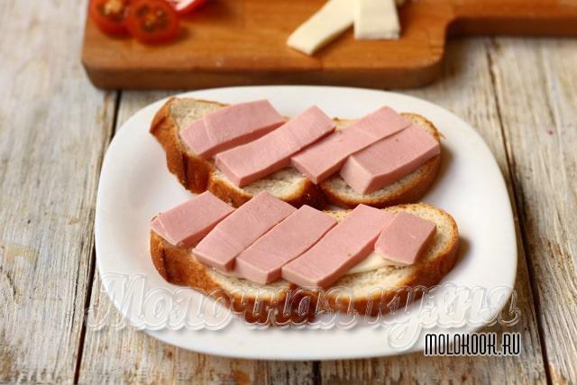 Колбаса на хлебе