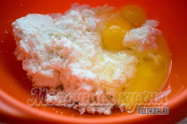Яйца с творогом в миске