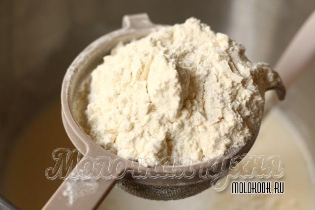 Просеивание соды с пшеничной мукой