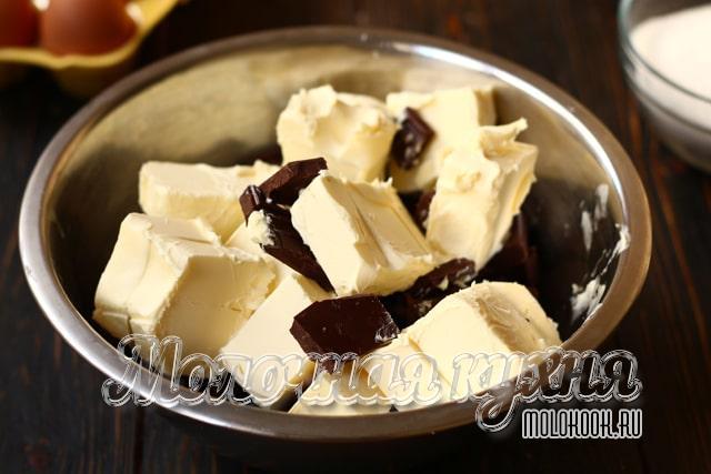 Кусочки шоколада и масла в миске