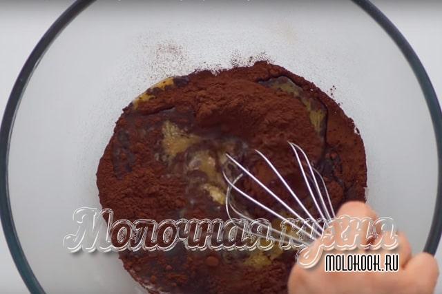 Перемешивание масла с какао