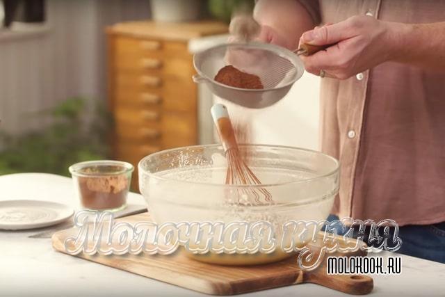 Добавление какао-порошка