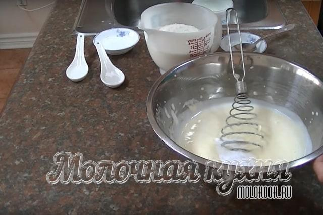 Сода, сахар, соль добавлены к жидкой смеси