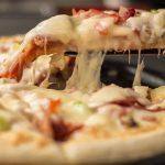 Домашняя пицца с начинкой из колбасы и сыра - просто не может не понравиться