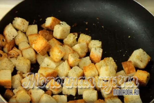 Кусочки хлеба на сковороде