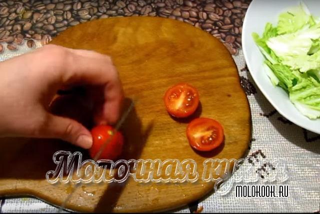 Нарезка томатов пополам