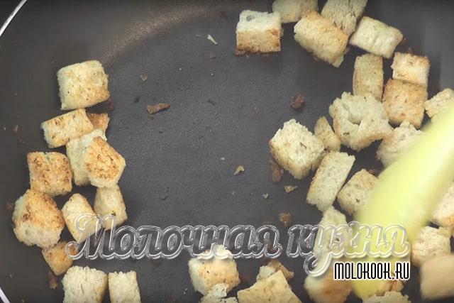 Обжарка хлебных крутонов