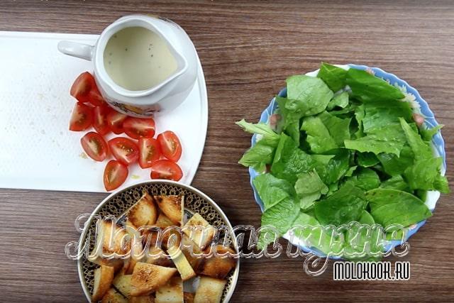 Кусочки листьев в салатнике