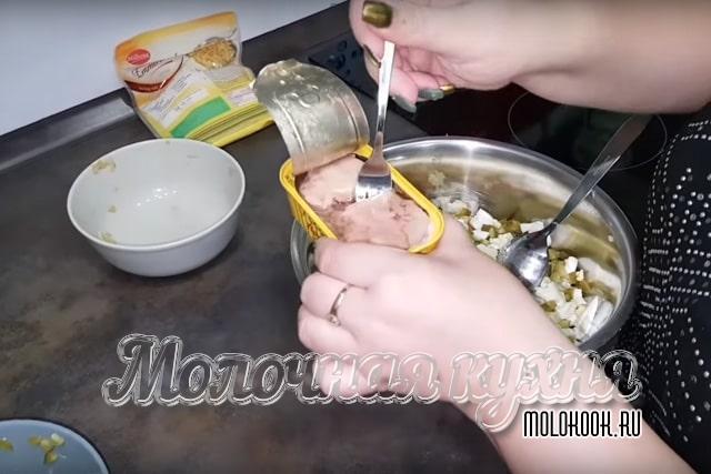 Перекладывание печенки из упаковки в миску