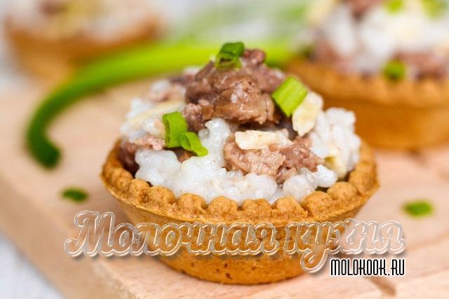 Салат с тресковой печенкой в тарталетках