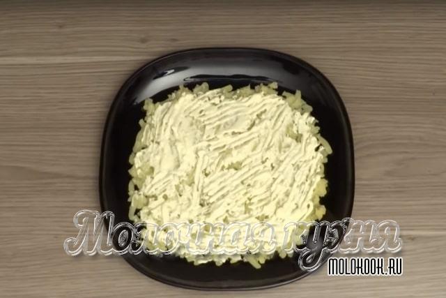 Смазать картошку майонезом