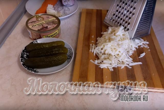 Измельчение отварной картошки через терку