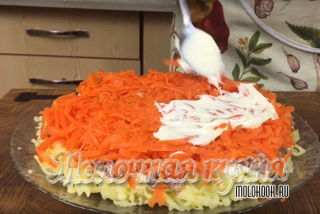 Тертая на крпуной терке вареная морковка