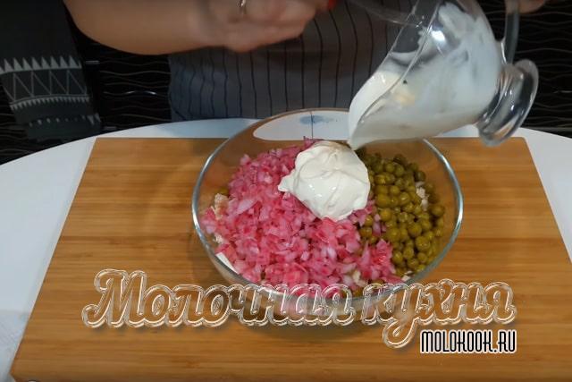 Нарезанные продукты в миске