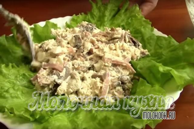 Салат на салатных листьях