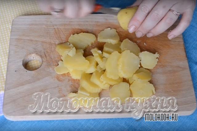 Нарезанный вареный картофель