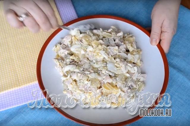 Выкладывание салата на плоское блюдо