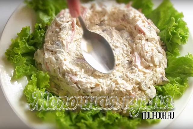 Салат в форме гнезда  на листьях