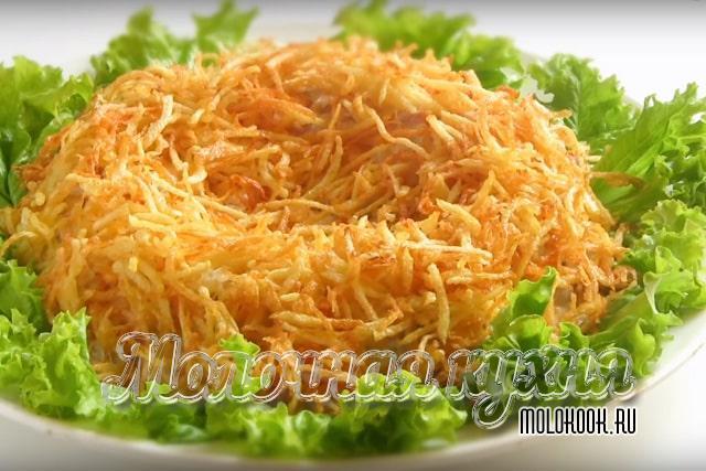 Украшенный картофелем салат