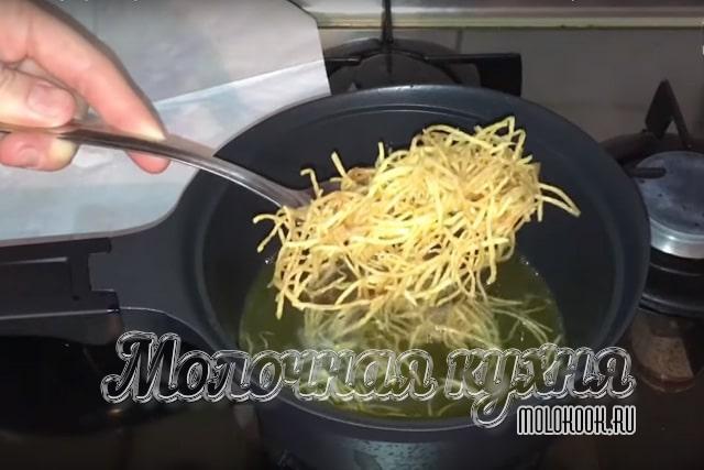 Вынимание картошки из масла