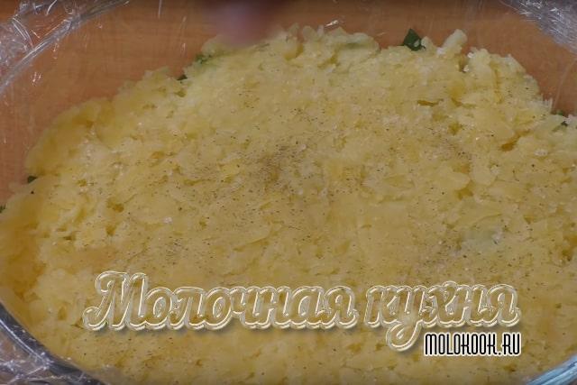 Картофель, посыпанный перцем и солью