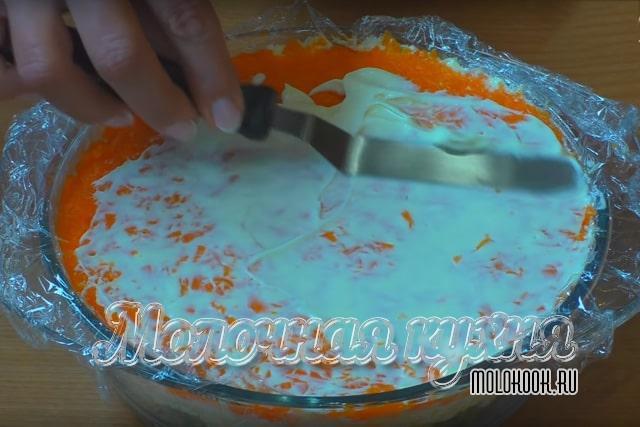 Смазывание морковки соусом