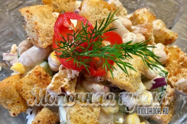Салат с добавлением белой фасоли, перца и огурца