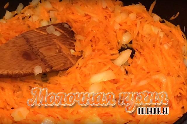 Обжаривание лука и моркови
