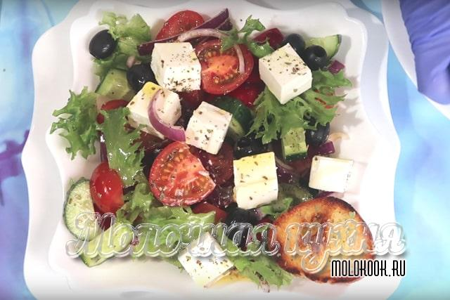 Салат с сухариками и черри