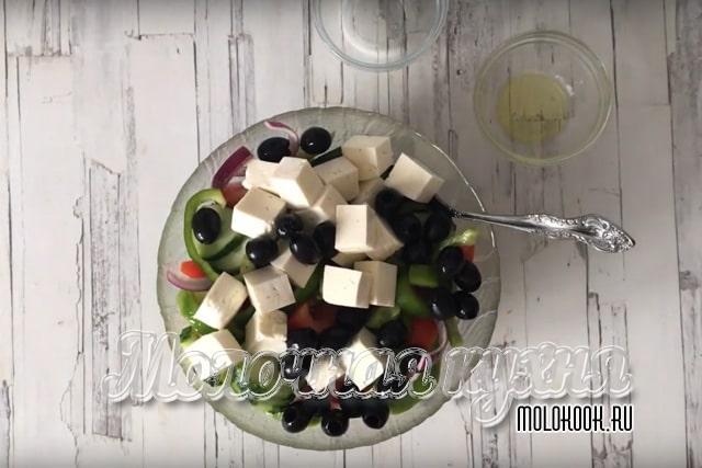 Брынза и маслины добавлены