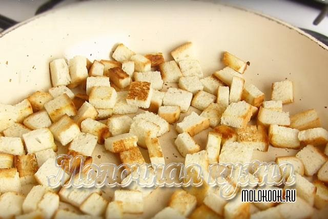 Кусочки хлеба обжариваются на сковороде