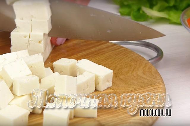 Измельчение сыра фета